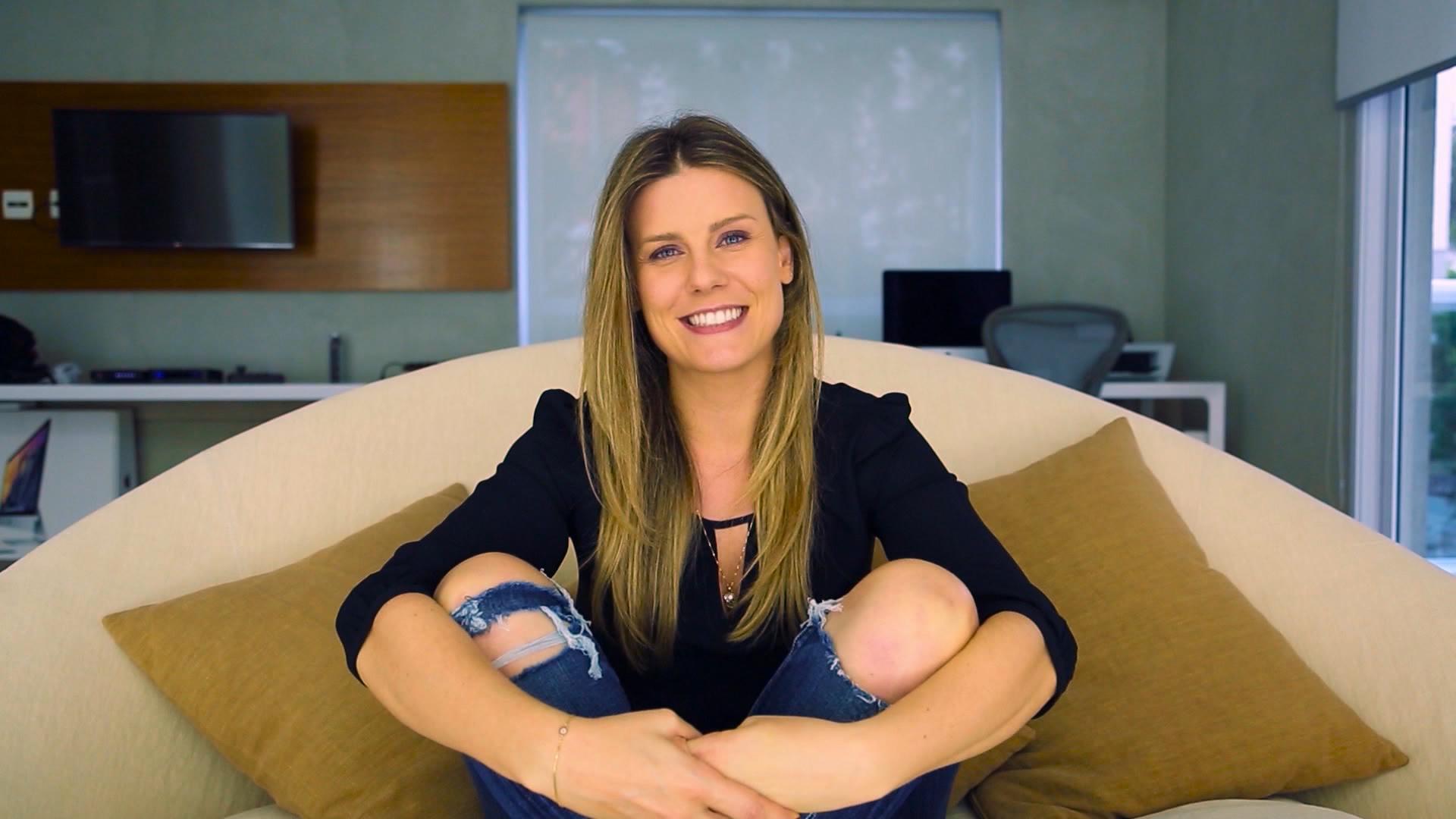 Daiana no sofá que grava youtube